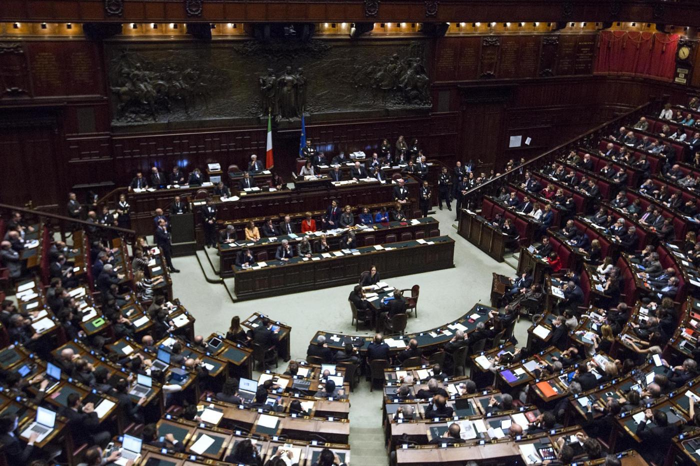 Italicum fiducia del governo sul testo bagarre alla for Votazioni parlamento