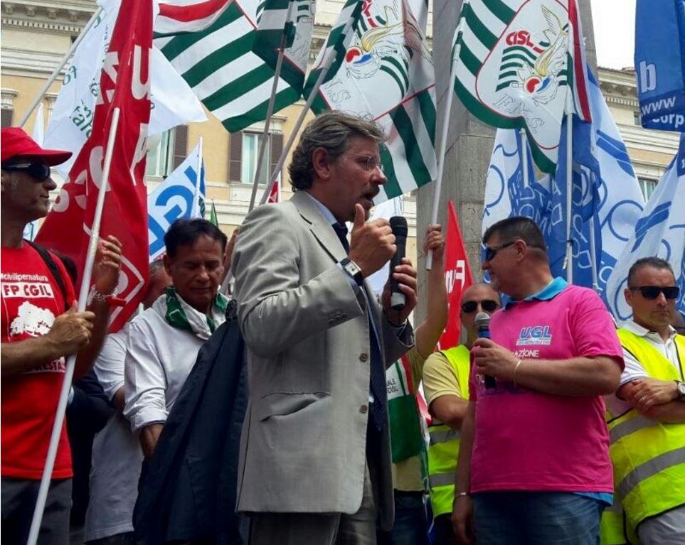 Forestale sapaf persone in piazza montecitorio l for Montecitorio oggi